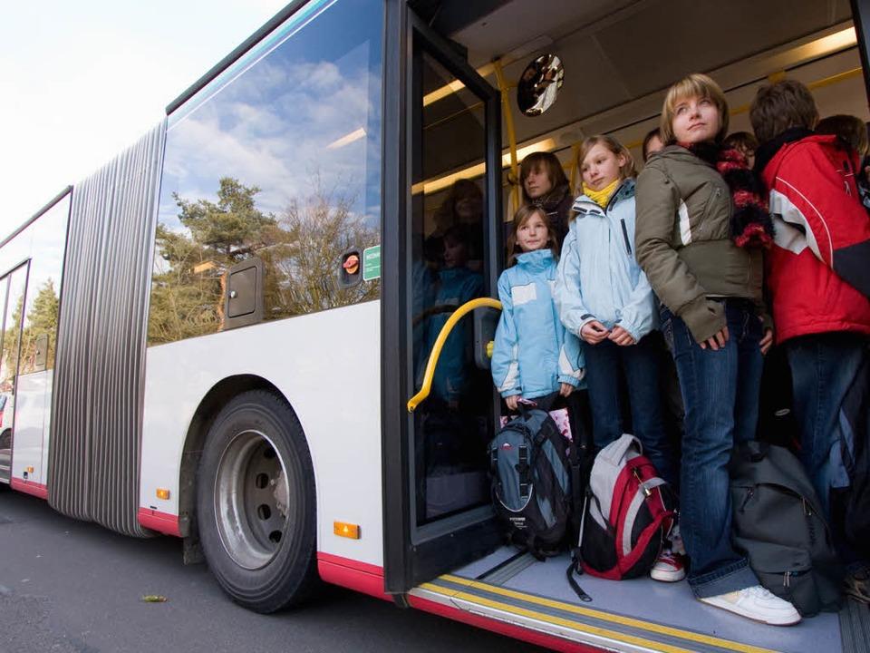 Viele Schulbusse fahren zu schnell -  stellte der ADAC in einem Test 2009 fest.  | Foto: dpa
