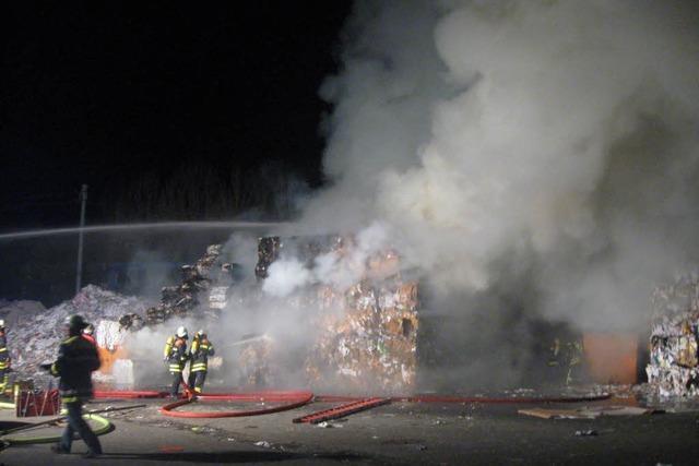 Brand in Recycling-Anlage: Feuerwehr leistet Schwerstarbeit