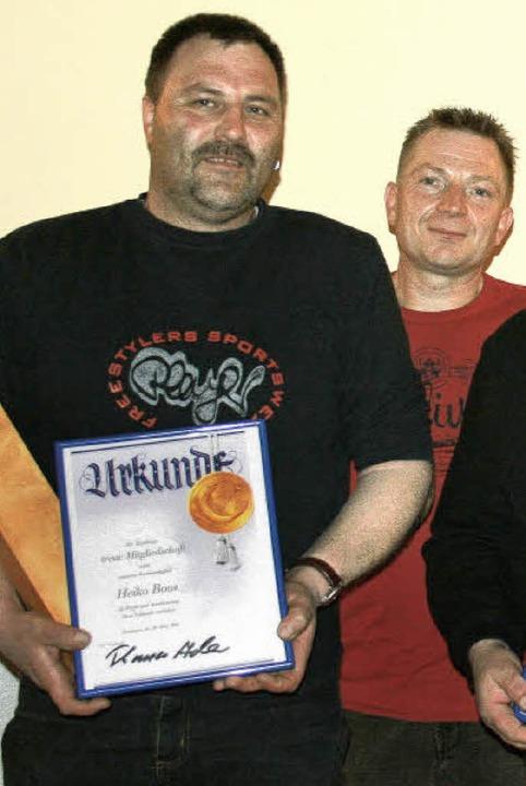 Für 25 Jahre Mitgliedschaft beim Angel...er Thomas Adler (rechts)  Heiko Boos.   | Foto: Charlotte Wittnebel