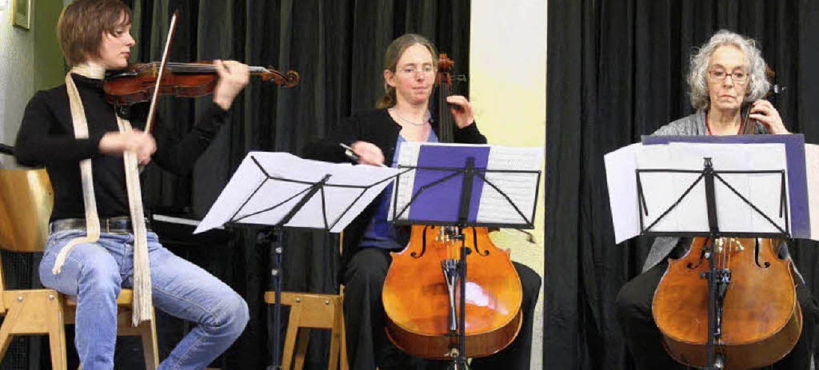 Christine Hof, Violine, und Destine Traute und Ruth Pollau, Cello  | Foto: Hans Jürgen Kugler