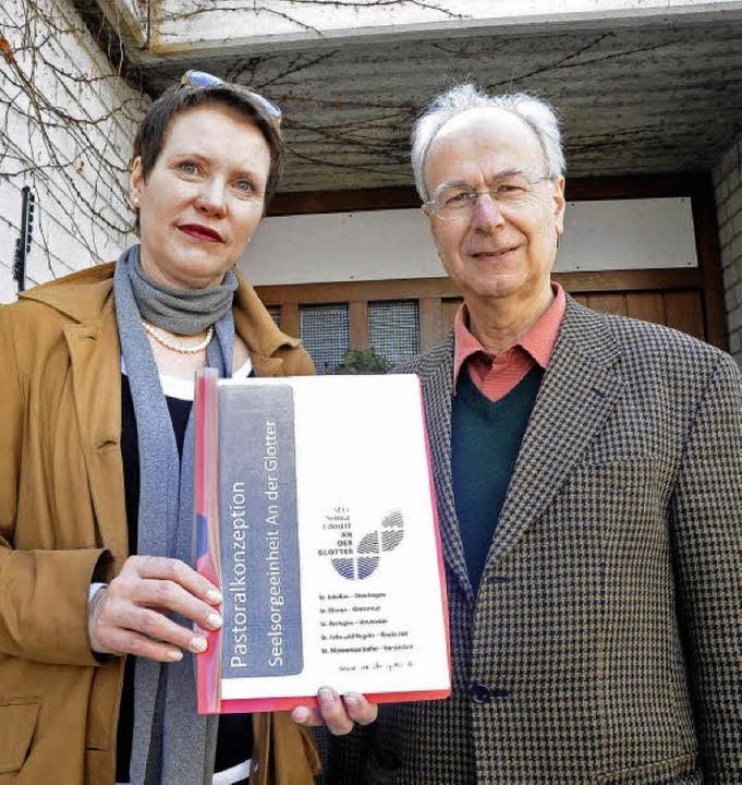 Petra Maas und Pfarrer Hermann Vogt pr...die Gemeinden und die Seelsorgeeinheit    Foto: Zimmermann-Duerkop