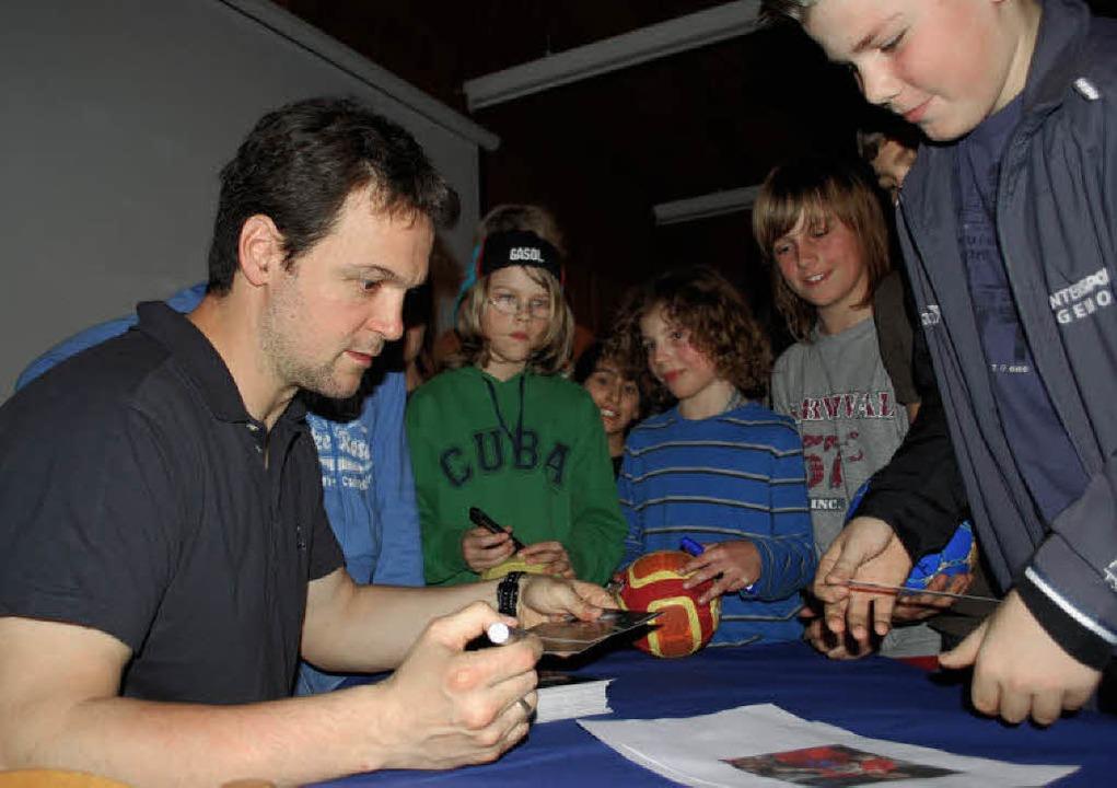 Markus Baur beim Schreiben von Autogrammen.   | Foto: Mink