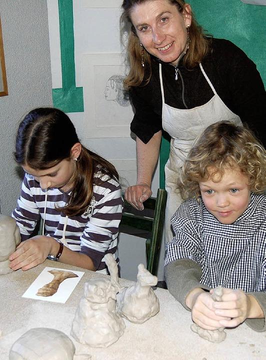 Sabina Scheliga (Mitte) mit Aline (11)...tatt  an einem der  Kurse teilnehmen.   | Foto: Claudia Renk