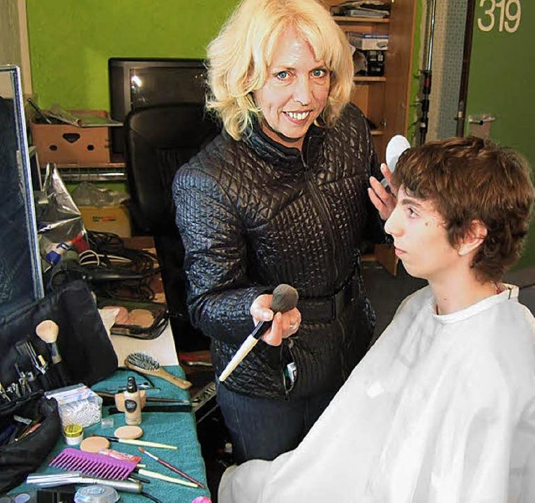 "Make-up muss sein: Stylistin Andrea Ot...und ""Moderator"" Tim Hamann  | Foto: Ruther"
