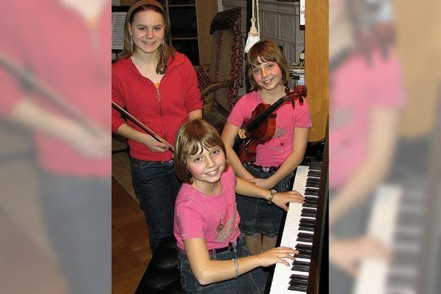 Drei Mädchen mit Hingabe zur Musik