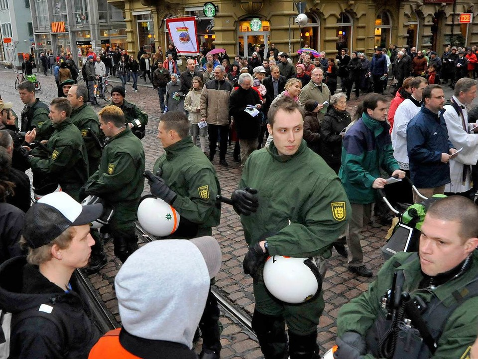 Die Polizei stand in der Innenstadt zw...iusbrüdern und den Gegendemonstranten.  | Foto: Michael Bamberger