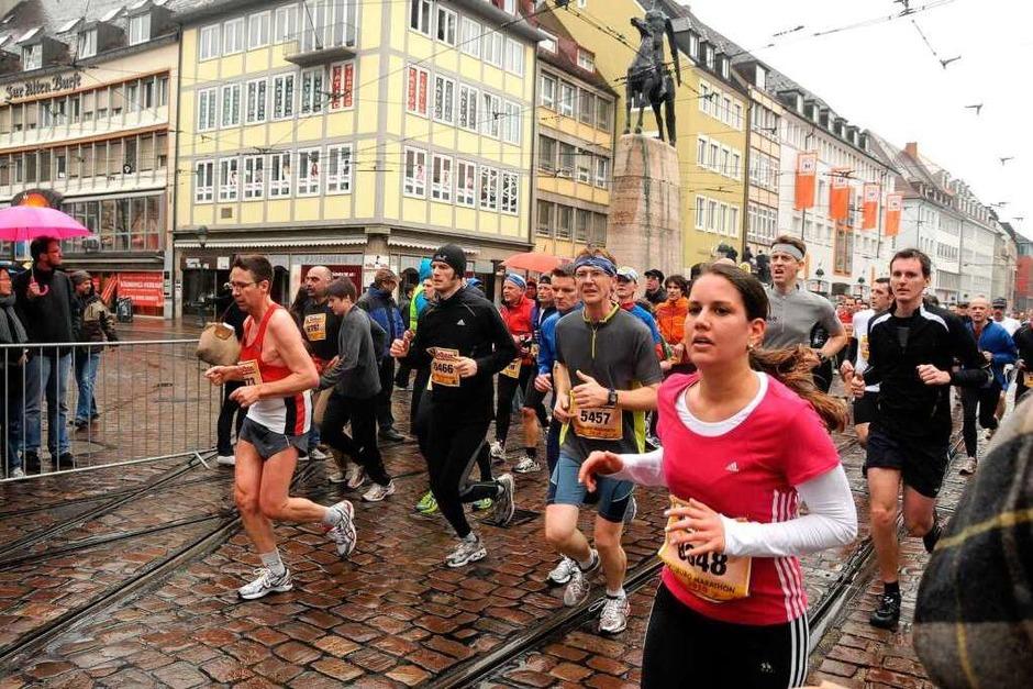 Die Strecke durch die Freiburger Innenstadt war von Bands, Fans und Spruchbändern gesäumt. (Foto: Benedict Glockner)