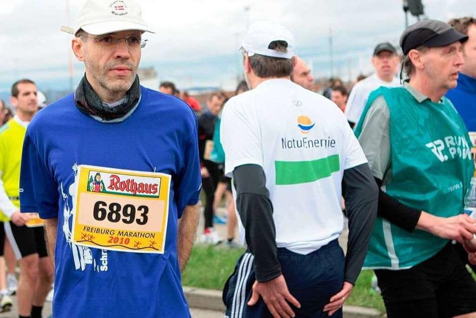 Ein kleiner Plausch, die Muskeln dehnen, einlaufen – bevor die Läufer beim Freiburg Marathon an den Start gingen, war Vorbereitung angesagt. (Foto: janos ruf)