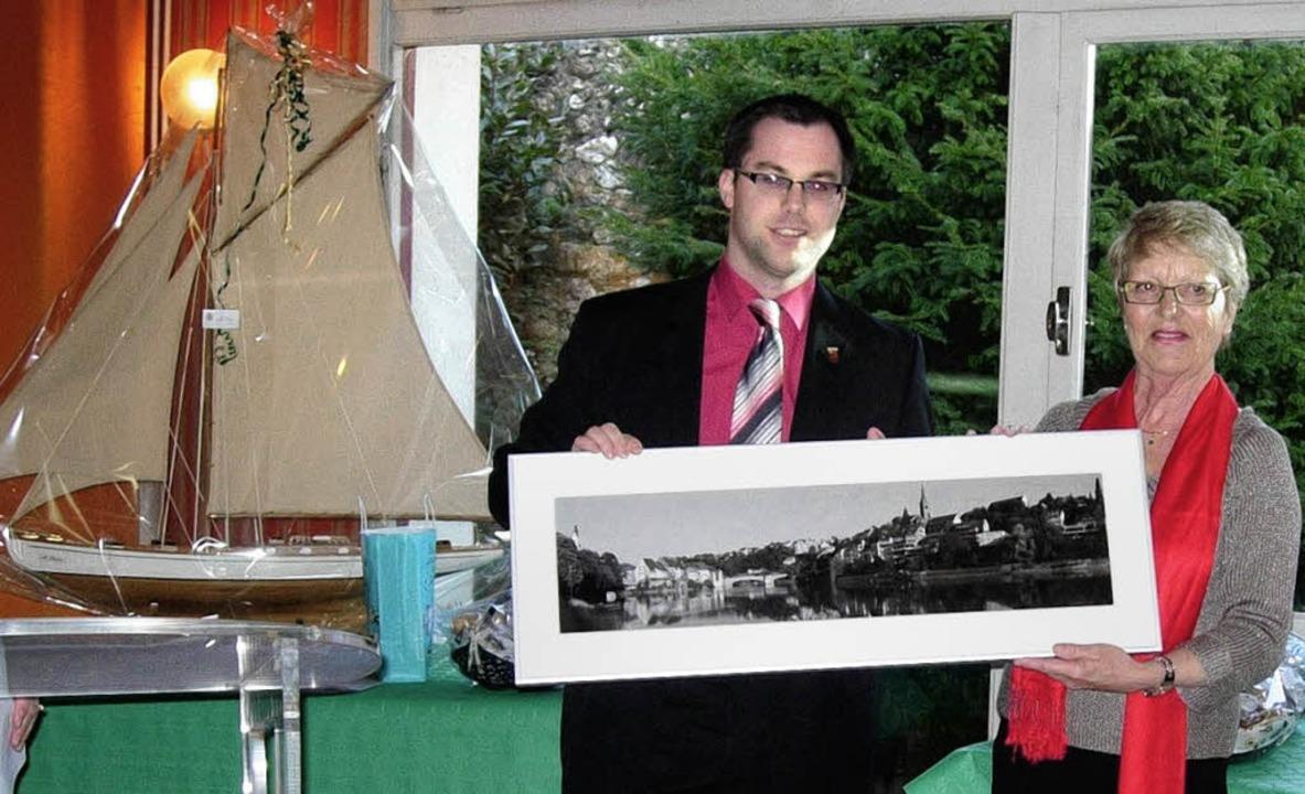 Eine Fotografie  von Laufenburg, ein S... Michèle Quellard auch Geschenke aus.   | Foto: STADT LAUFENBURG
