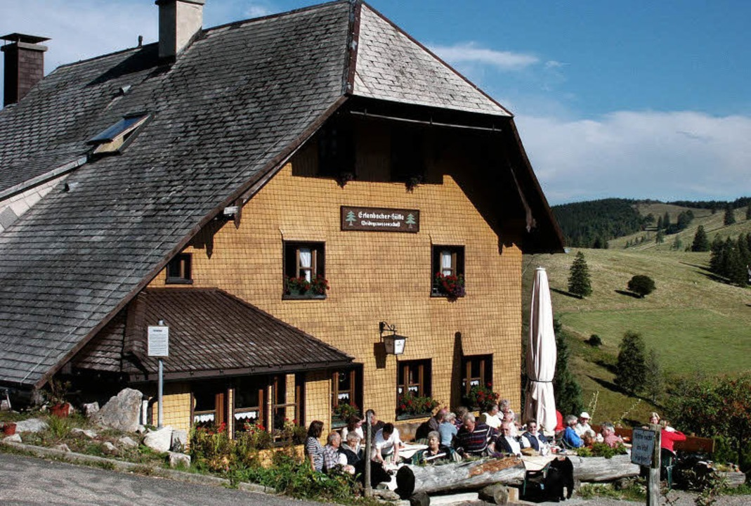 Von der Sonne beschienen, vom Wind ges...t: die Terrasse der Erlenbacher Hütte.  | Foto: KARLHEINZ SCHERFLING