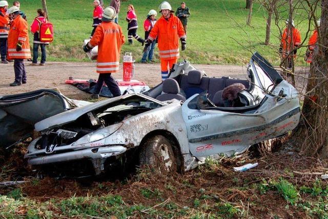 Fahrer in Auto eingeklemmt