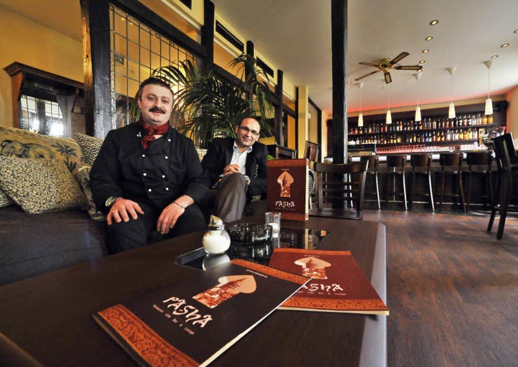 "Adem Yavas (links) kocht im ""Pas... Couch im Obergeschoss des Gasthauses.    Foto: Michael Bamberger"