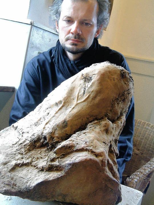 Johannes Beyerle und sein Pferdekopf aus Stein, Lehm und Stroh     Foto: Frey