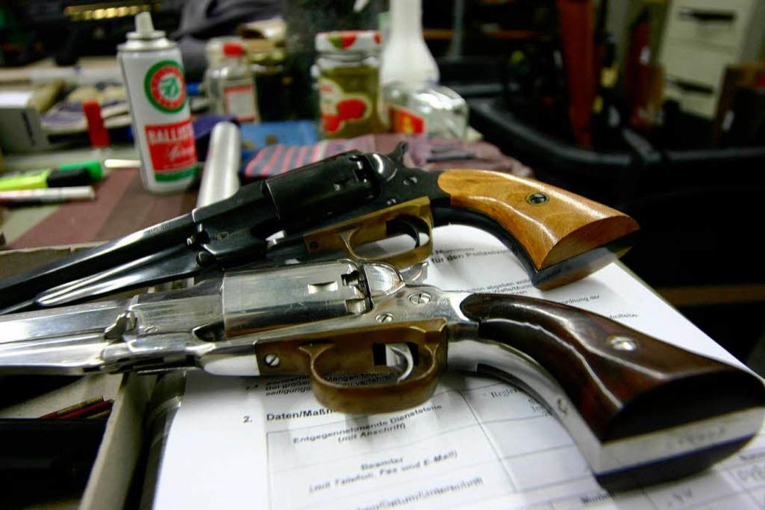 Etikettierte, katalogisierte Revolver ...äumdienst – der sie einschmilzt.  | Foto: Bastian Henning