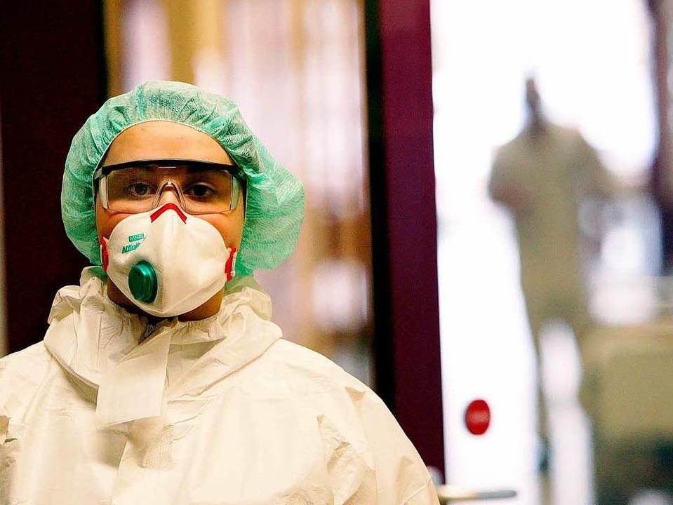 Mundschutz gegen die Schweinegrippe.  | Foto: dpa