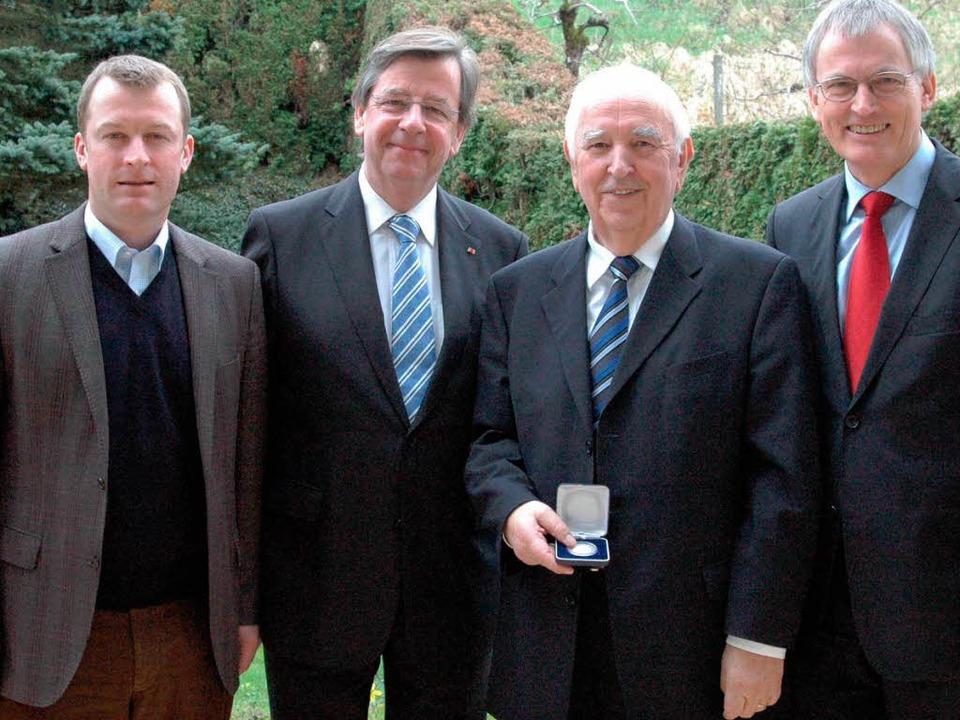 Übergabe: (von links) Landtagsmitglied... Rübsamen und Landrat Walter Schneider  | Foto: Privat