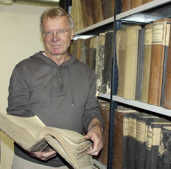Der Historiker und Archivar Thomas Ste...etes Archiv der Gesamtgemeinde March.   | Foto: barbara schmidt