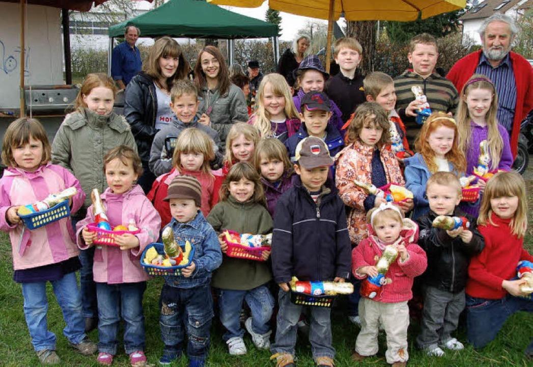Wolfgang Schassberger (hinten rechts),...201, im Kreis der beschenkten  Kinder   | Foto: Teuber