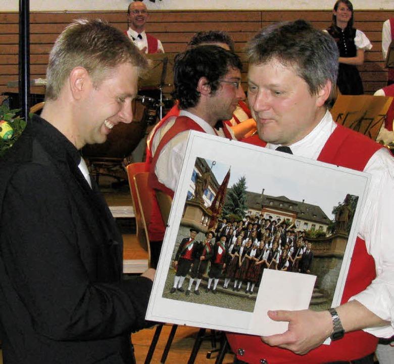 Der Vorsitzende Edi Ebner (rechts) dan...inen Einsatz  mit einem Bildpräsent.    | Foto: Manfred Lange