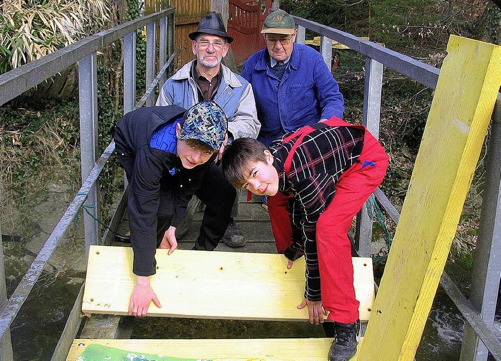 Oliver Haid und Leo Schneider (vorne v...dor Eckmann (von links) eine Brücke.      Foto: Josef Faller