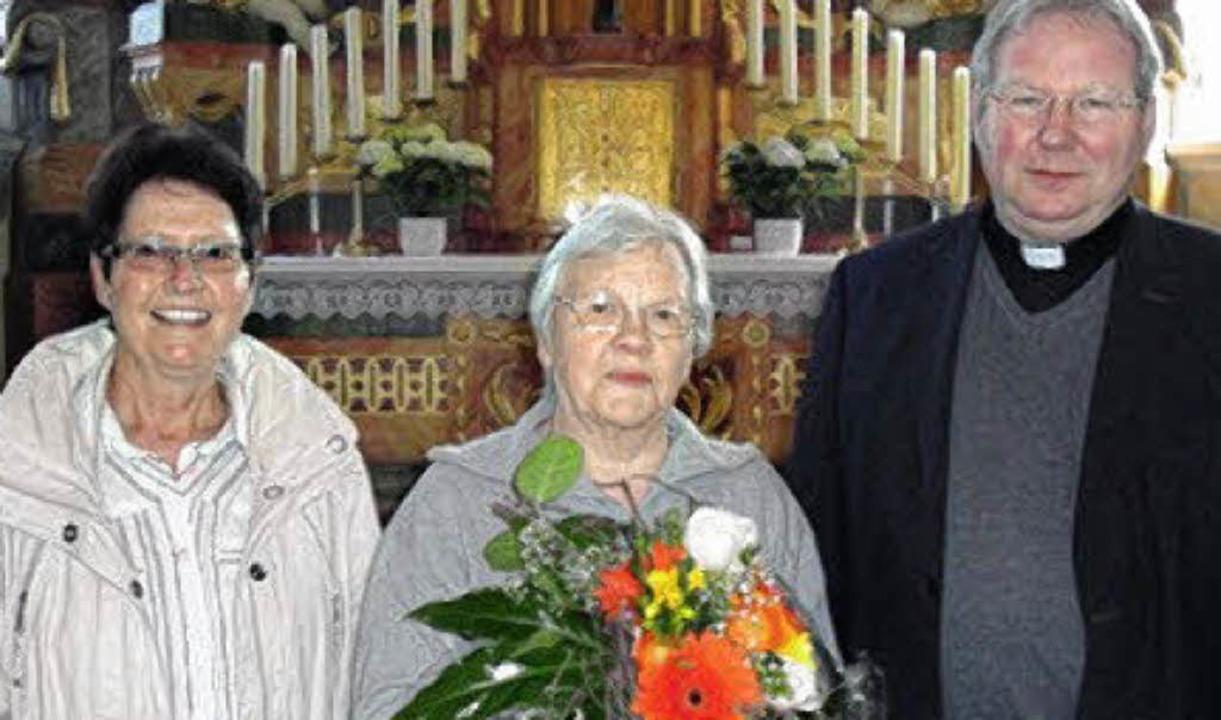 Monika Mayer (links) und Stadtpfarrer ...iener zu ihrem Arbeitsjubiläum.         | Foto: jonas bader
