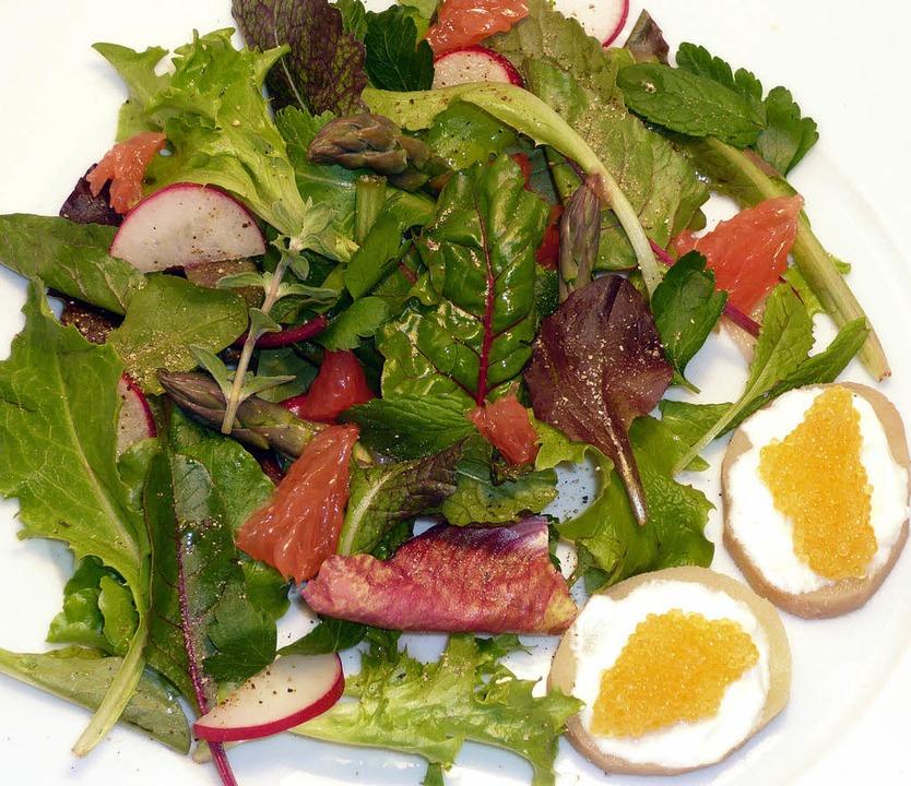 Handverlesenes Grün: Salat mit kaviargekrönten Kartoffelscheibchen   | Foto: stechl