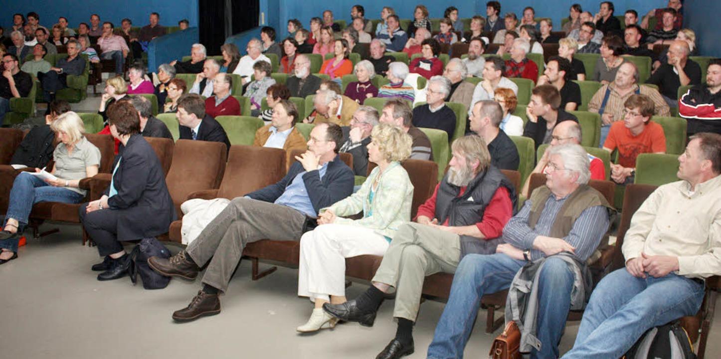 Groß war das Interesse der Besucher de...nden Podiumsdiskussion mitdiskutiert.   | Foto: Heiner Fabry