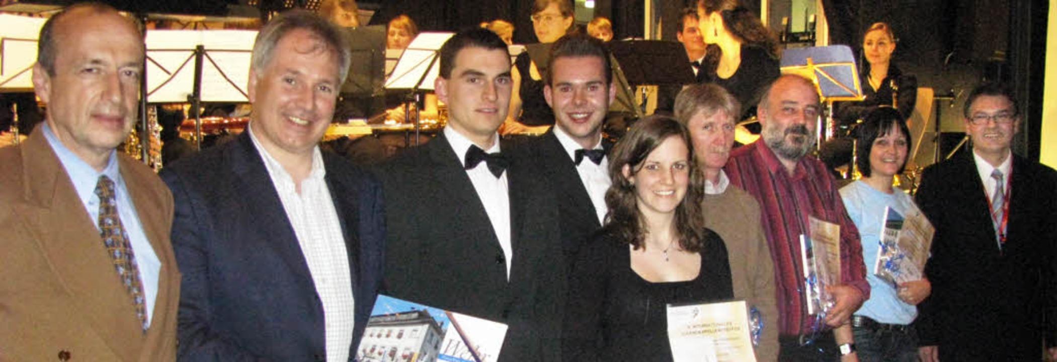 Die Vertreter der Siegerorchester Ulm,...eidler, rechts Siegfried Rappenecker.   | Foto: Michael Gottstein