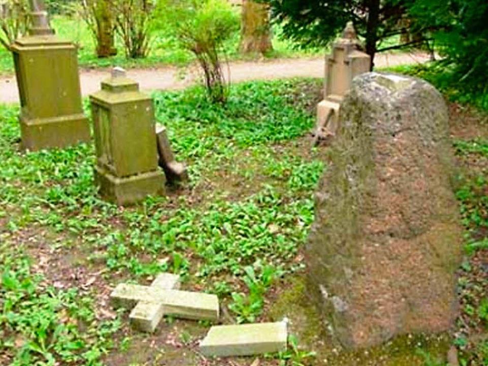 Abgeschlagene Kreuze auf dem Alten Friedhof in Freiburg  | Foto: Polizei