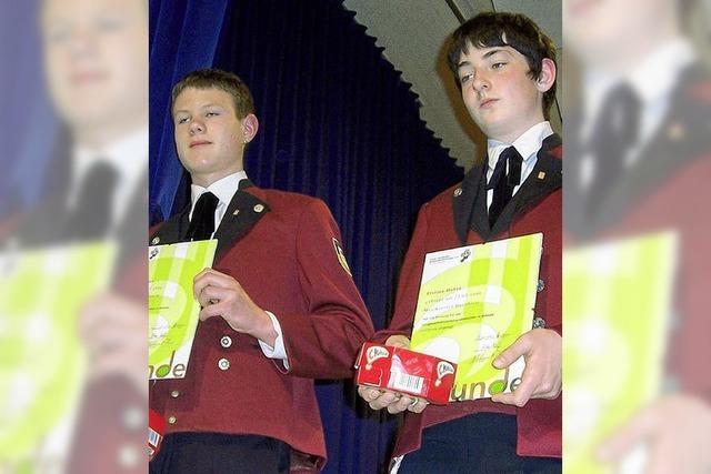 Leistungsabzeichen für zwei junge Musiker