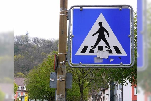 Zebrastreifen-Mann nimmt den Hut