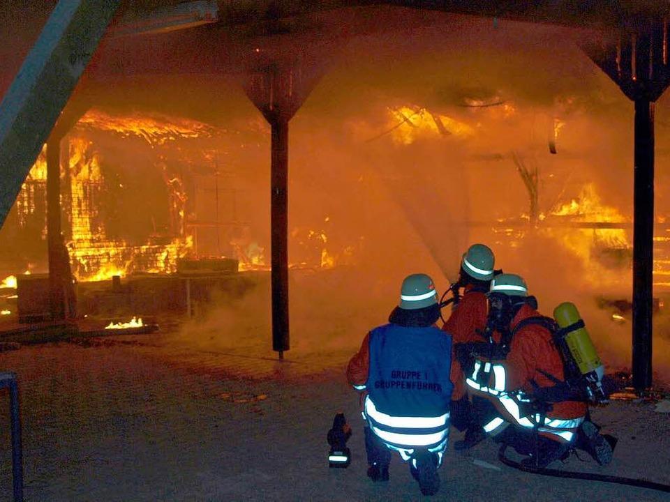 Mit 30 Helfern war die Bahlinger Feuer...gen Anglerheim am 9. April im Einsatz.  | Foto: Feuerwehr Bahlingen