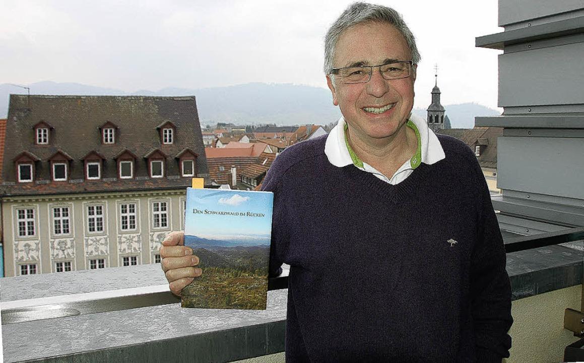 Karlheinz Kluge mit dem Schwarzwald im Rücken   | Foto: Ralf burgmaier
