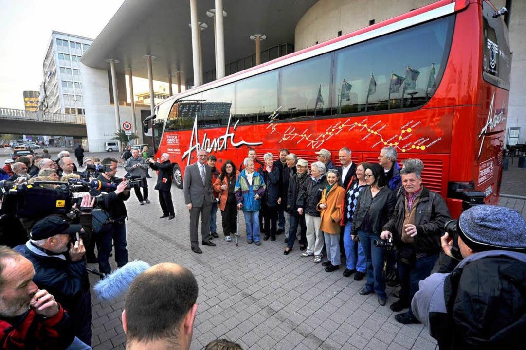 Abschiedsfoto: Die Passagiere vor dem roten Luxus-Bus.  | Foto: Thomas Kunz