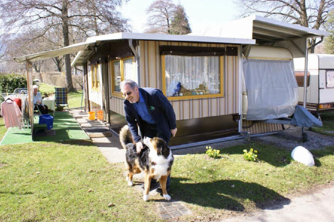 Günter Ziegler begrüßt einen ihm vertrauten Dauercamper.     Foto: karlheinz Scherfling