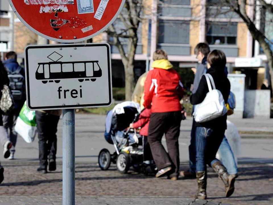 Zu Fuß gehen oder die Straßenbahn nehm... Ablehnung bröckelt offenbar langsam.   | Foto: Ingo Schneider