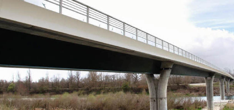 Wo die Brücke bei Fessenheim den Rhein...heit und Gegenwart geschlagen werden.     Foto: Franz Dannecker