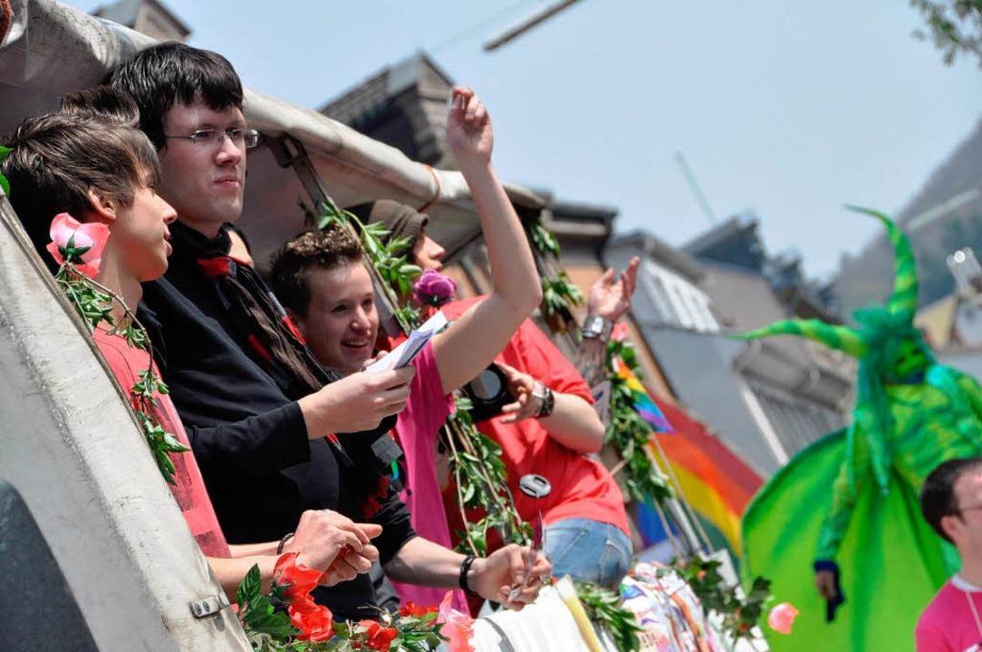 Parade mit  Politik: Zu Techno-Rhythme...ng nach dem Ende der Diskriminierung.   | Foto: Barbara Ruda