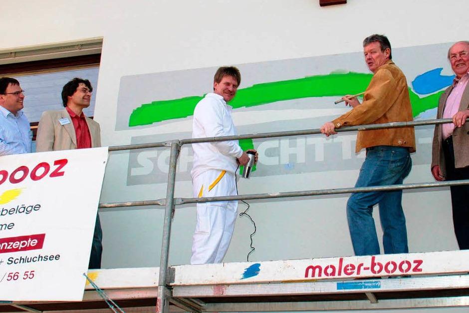 Malermeister Achim Booz hat das Logo der Schlüchttal-Schule in Grafenhausen angebracht. (Foto: Chris Seifried)