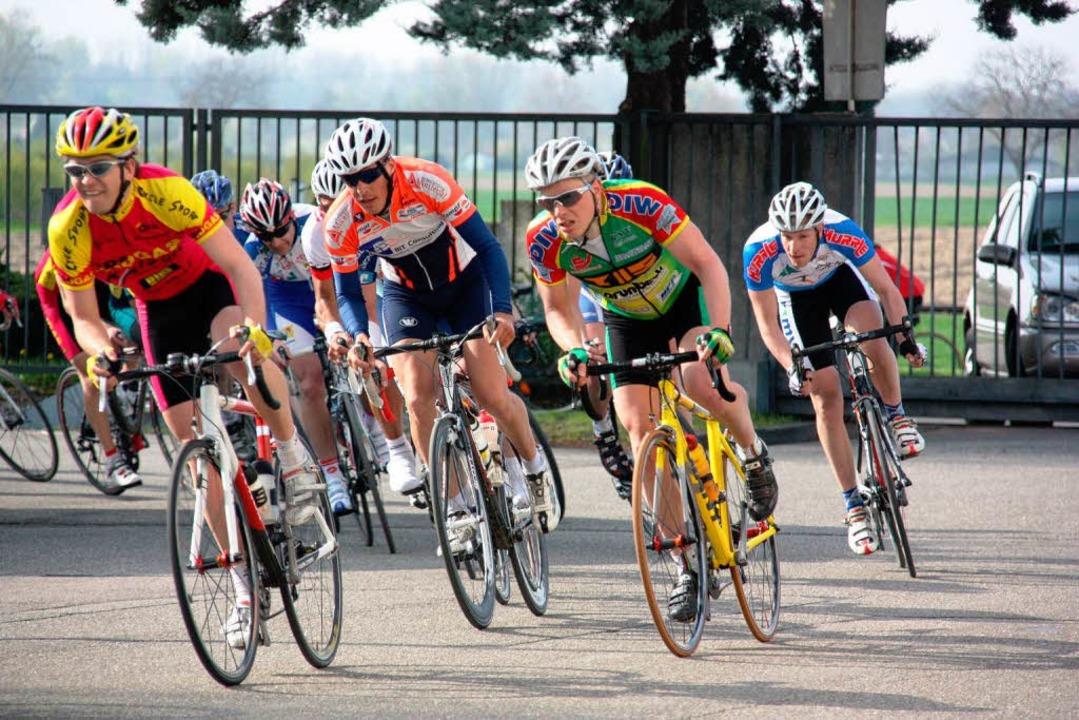 Um die besten Rundenzeiten kämpften am...r bei  Amateurrennen der Eliteklassen.  | Foto: Christine Aniol