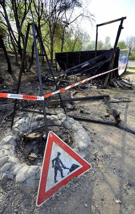 In der Nacht auf den Sonntag brannte e...rächtlich in Mitleidenschaft gezogen.   | Foto: Thomas Kunz