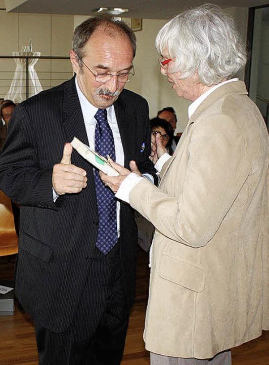 Beim Gemeindeempfang zu seinem  60. Ge...ein von Gernot Erler signiertes Buch.   | Foto: barbara schmidt