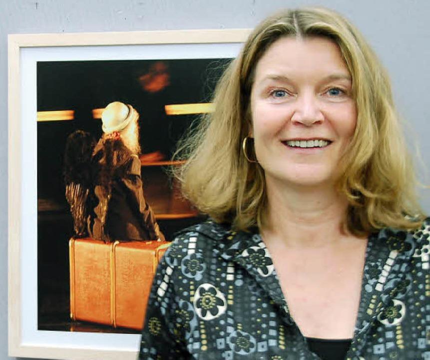 Fotografin Regina Lenz vor einem ihrer Fotos der Ausstellung in der  Sparkasse.  | Foto: Alexander