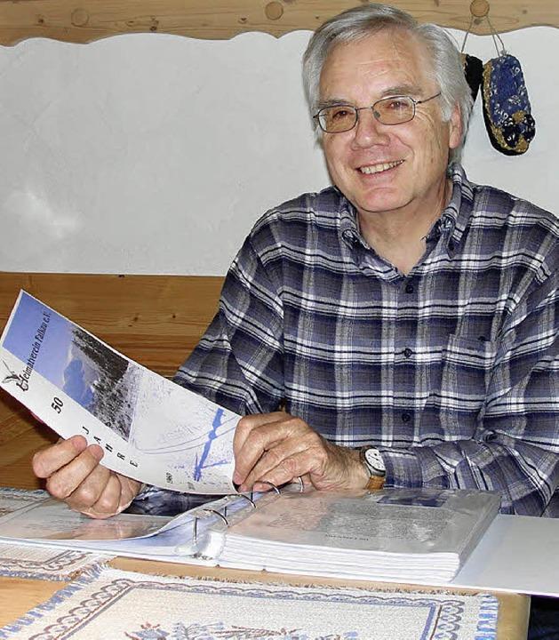 Vorsitzender Günther Schmidt arbeitete...en starken Chronik des Heimatvereins.     Foto: Tina Hättich