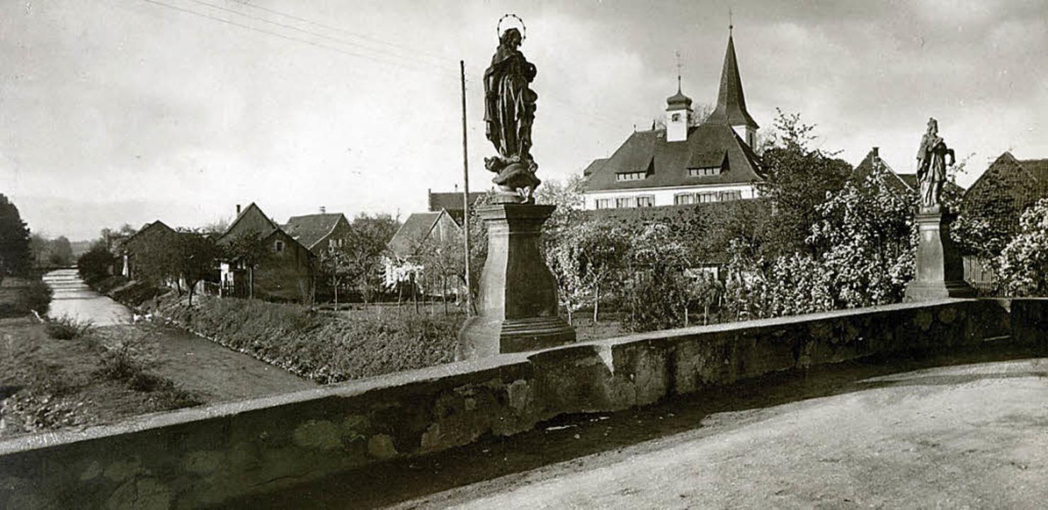 Die Bad Krozinger Neumagenbrücke von  ...an  der östlichen Brüstung platziert.   | Foto: Archivfoto: Gottfried Blansche