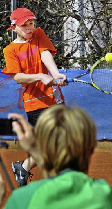 Rasante Rückhand: Vor laufender Kamera...e Bewegungen anschließend analysieren.  | Foto: Michael Bamberger
