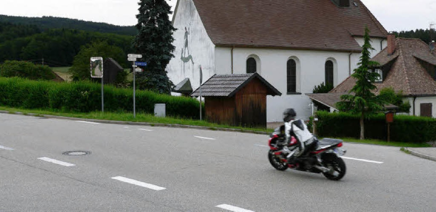 Biker-Romantik vor St. Mansuetus? Viel...Gefühlen der Motorradsaison entgegen.     Foto: Kurt Meier