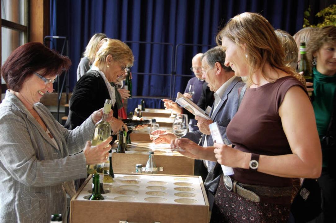 Nach Herzenslust probieren kann man beim Müllheimer Weinmarkt.     Foto: Sigrid Umiger