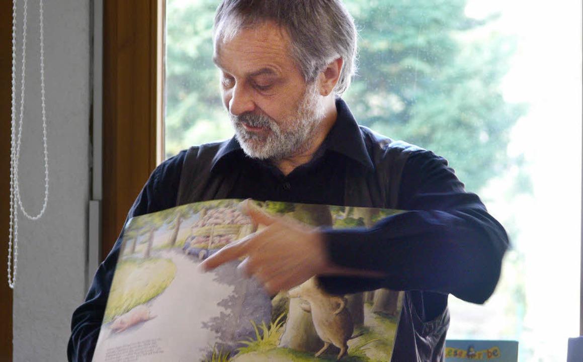 Der Kinder- und Jugendbuchautor Werner...r las in der Stadtbiliothek Waldkirch.    Foto: Jonathan Haiss