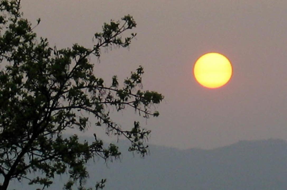 Einen Sonnenuntergang im grau-roten Sc...llen aus beobachtet und fotografiert.   | Foto: Privat